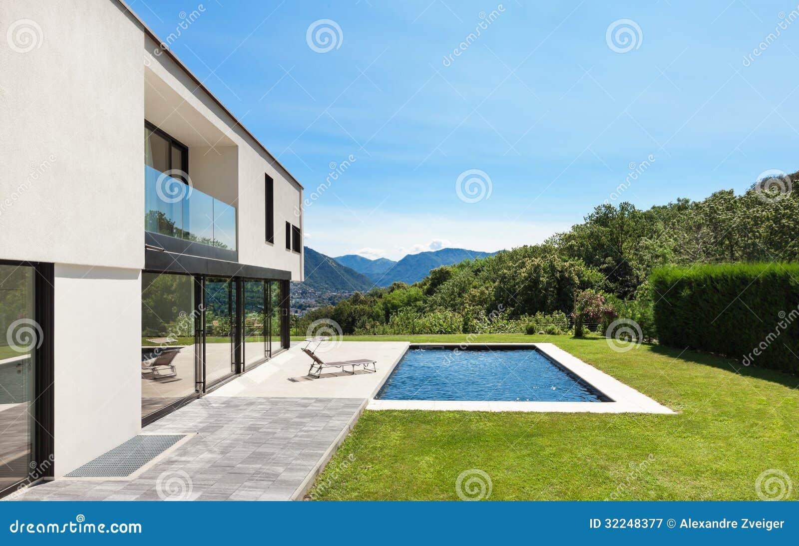 Villa moderne avec la piscine photographie stock libre de for Villa moderne avec piscine