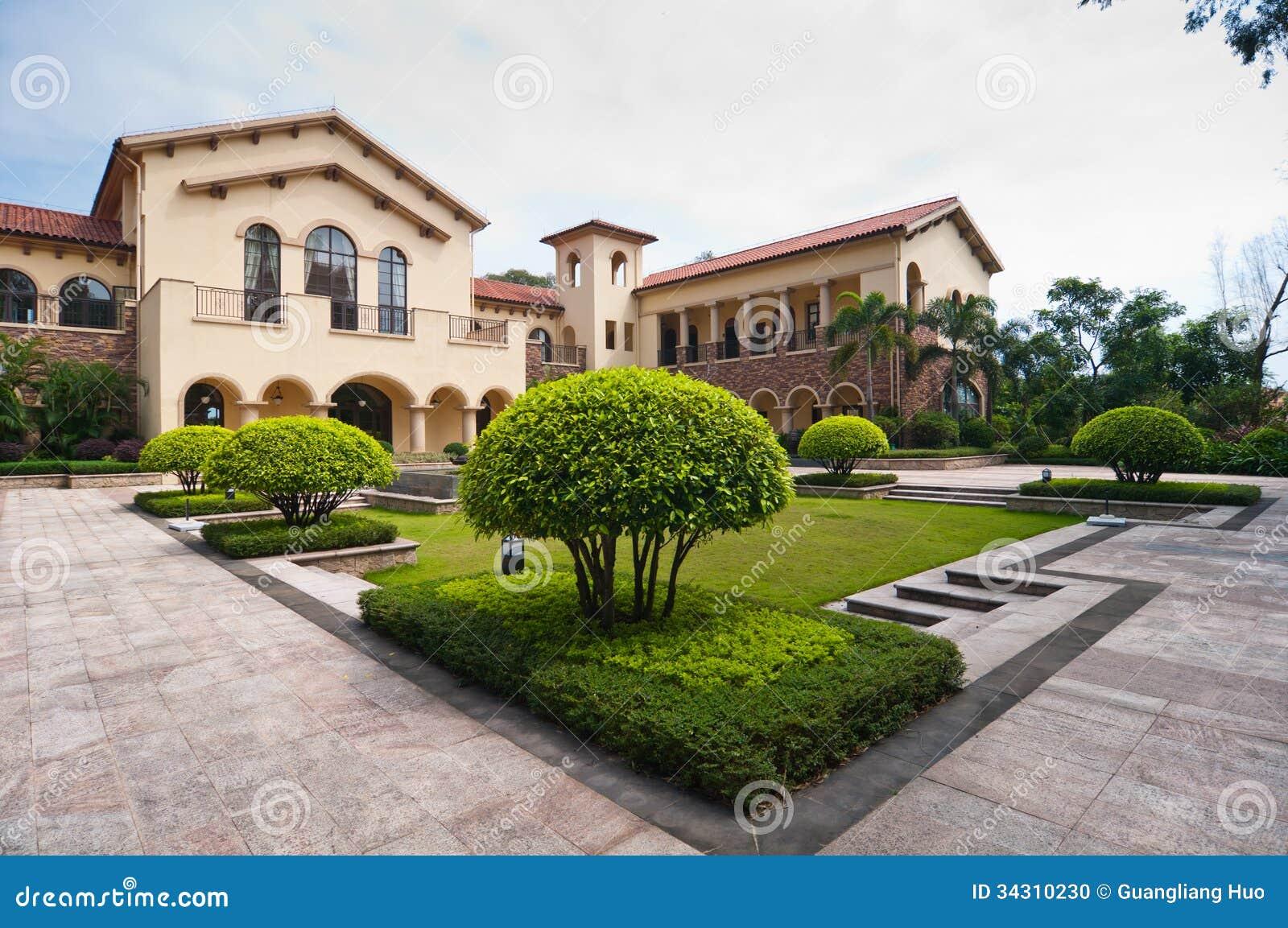 Villa 39 s en tuinen stock foto afbeelding bestaande uit woning 34310230 for Chalet de jardin de luxe