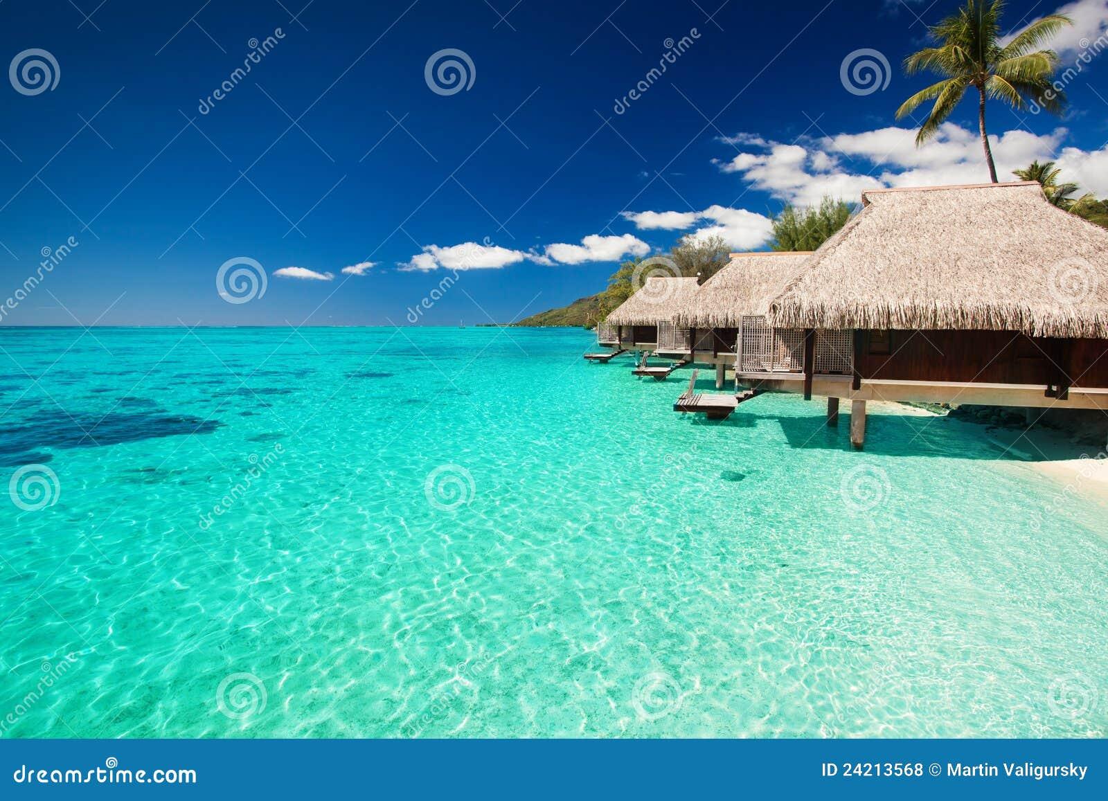 Villa s op het tropische strand met stappen in water