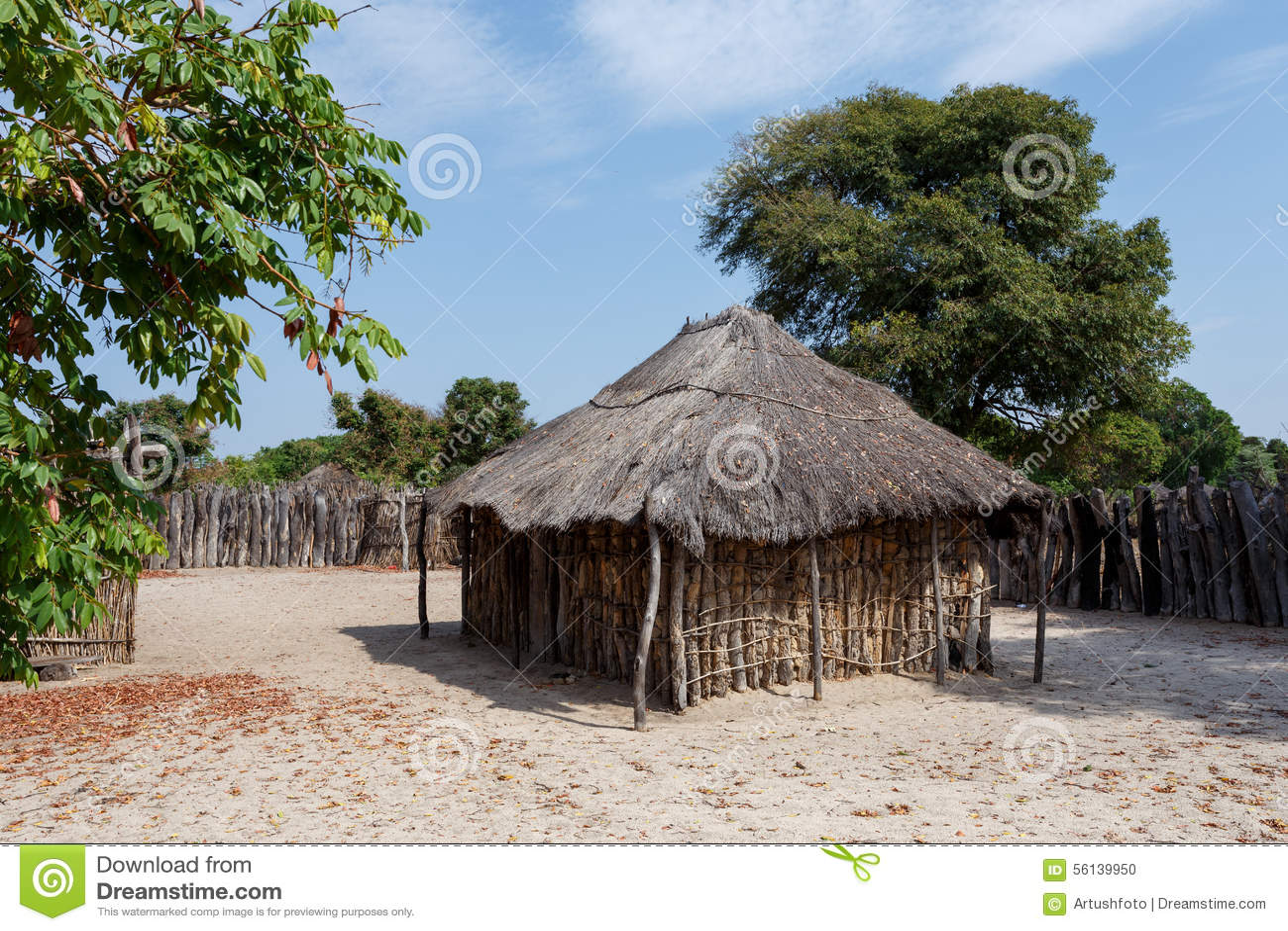 Village africain traditionnel avec des maisons