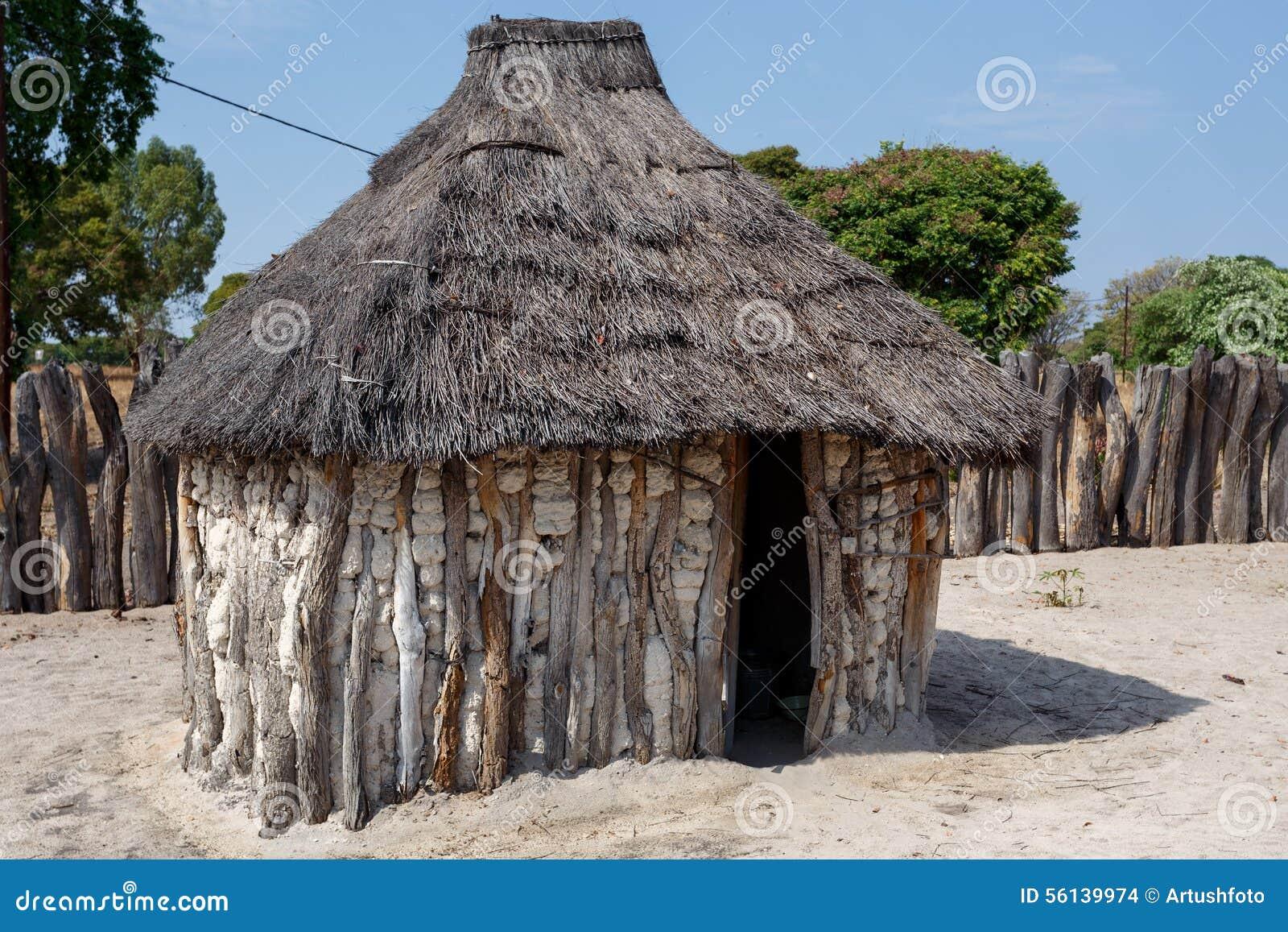 Village africain traditionnel avec des maisons logement couleur