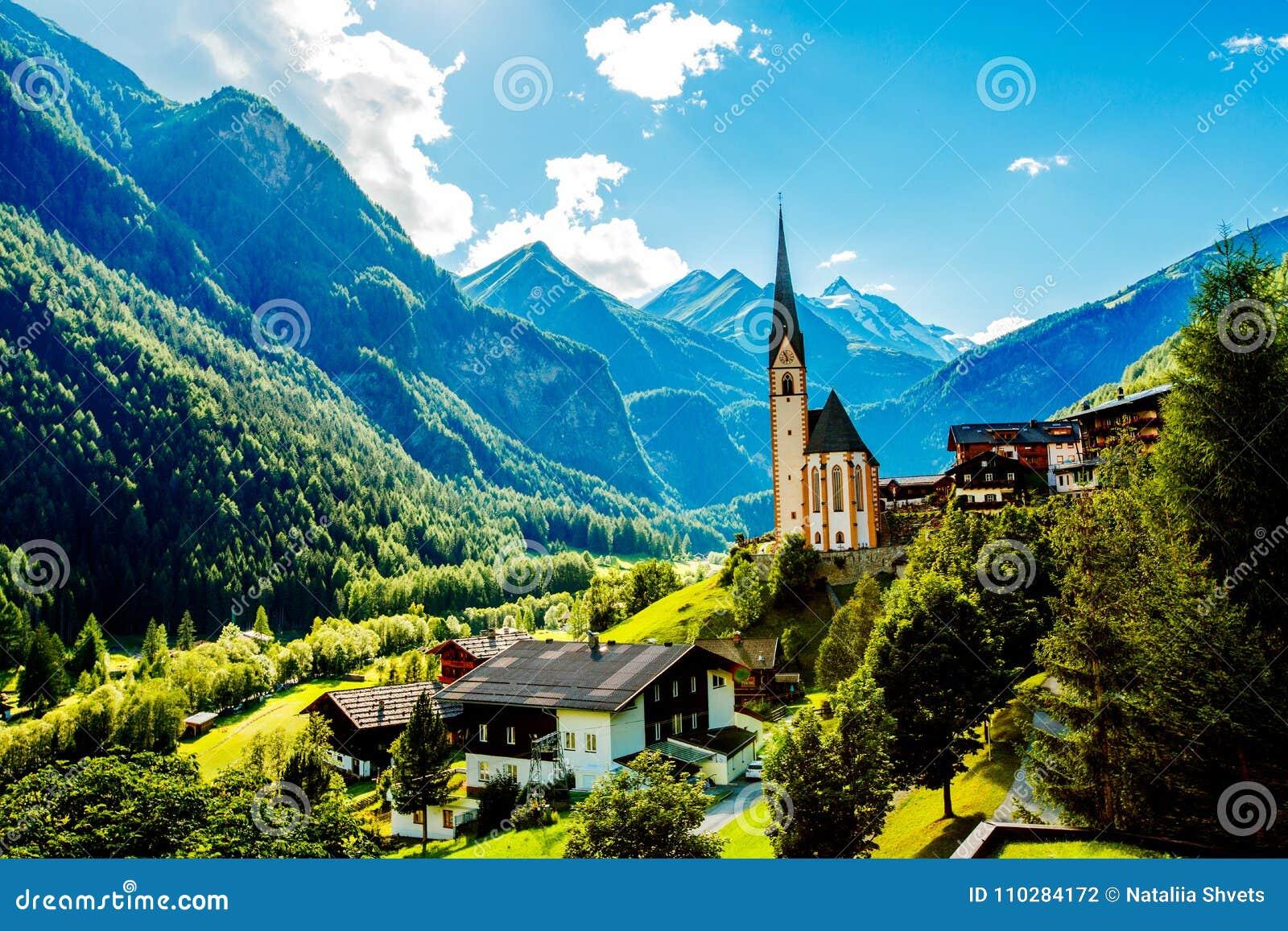 Village alpin touristique étonnant avec l église célèbre Vue d été l autriche Le Tyrol, l Europe