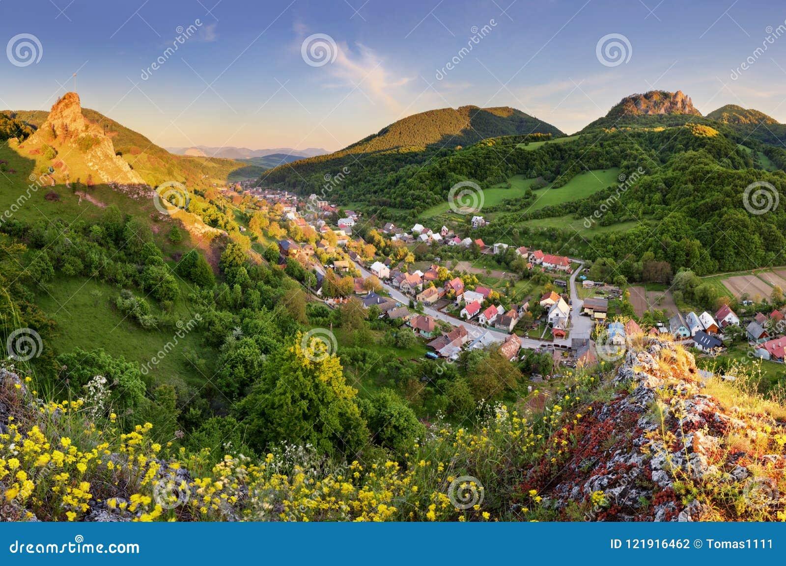 Village Cerveny Kamen - paysage de la Slovaquie de ressort