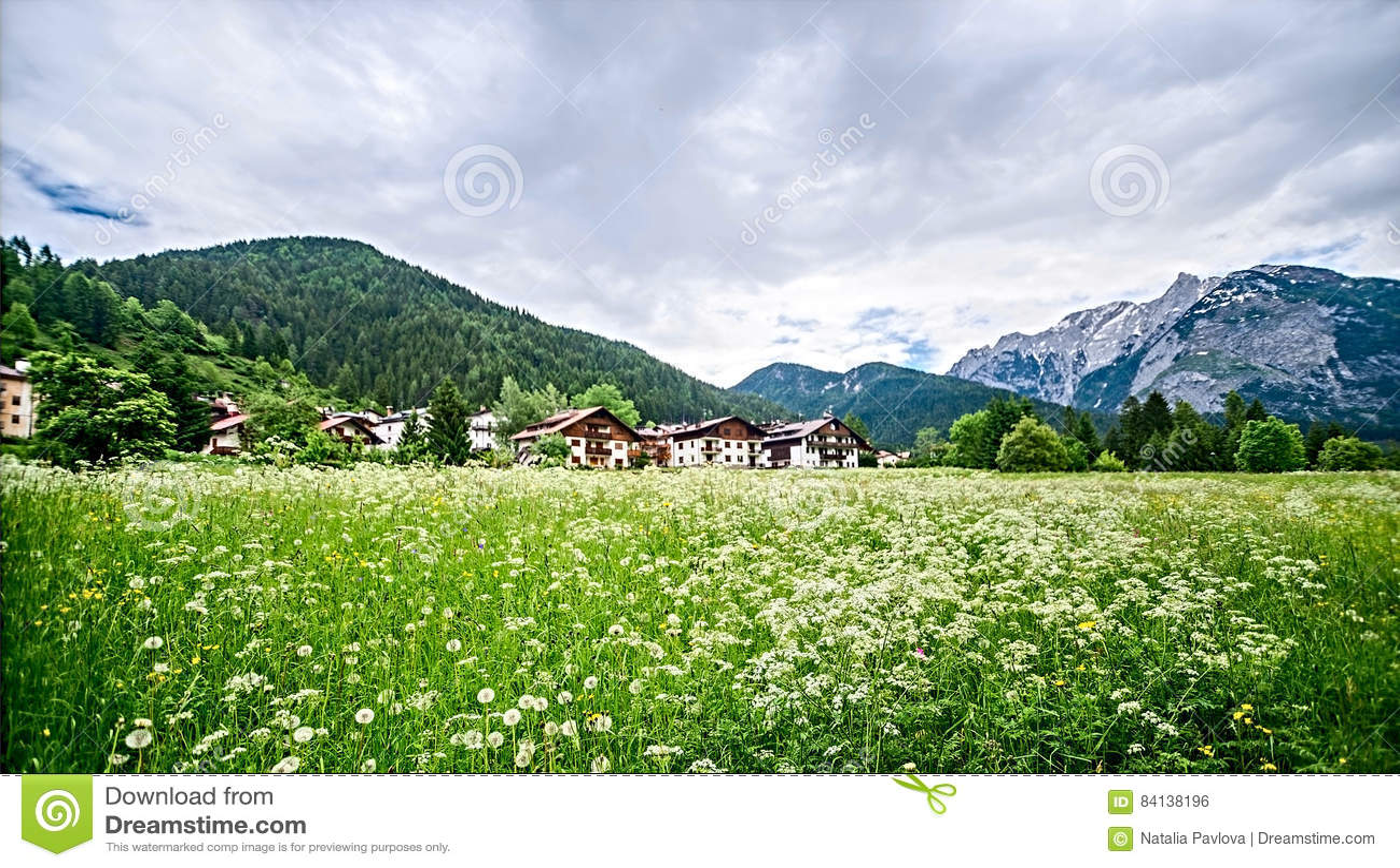 Village dans les Alpes, Italie