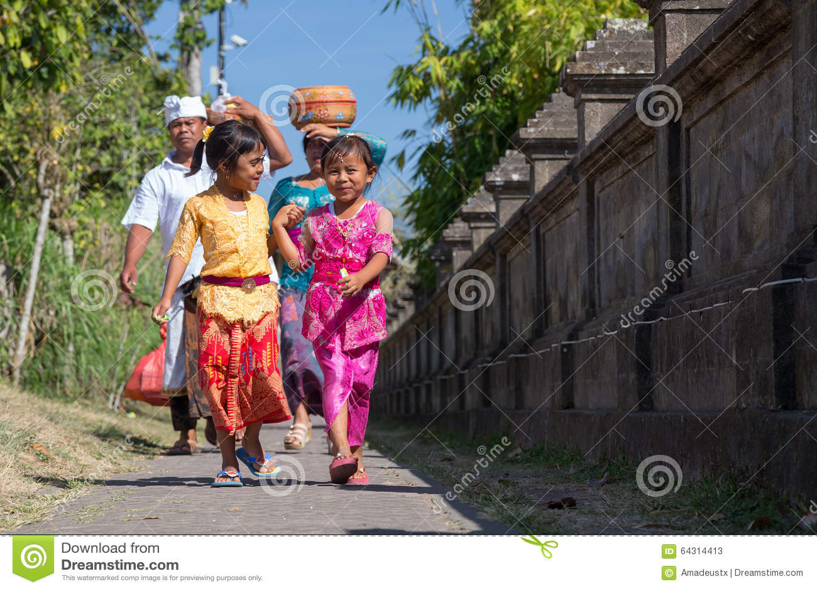 Village de Besakih, Bali/Indonésie - vers en octobre 2015 : La famille heureuse reviennent du festival en Pura Besakih