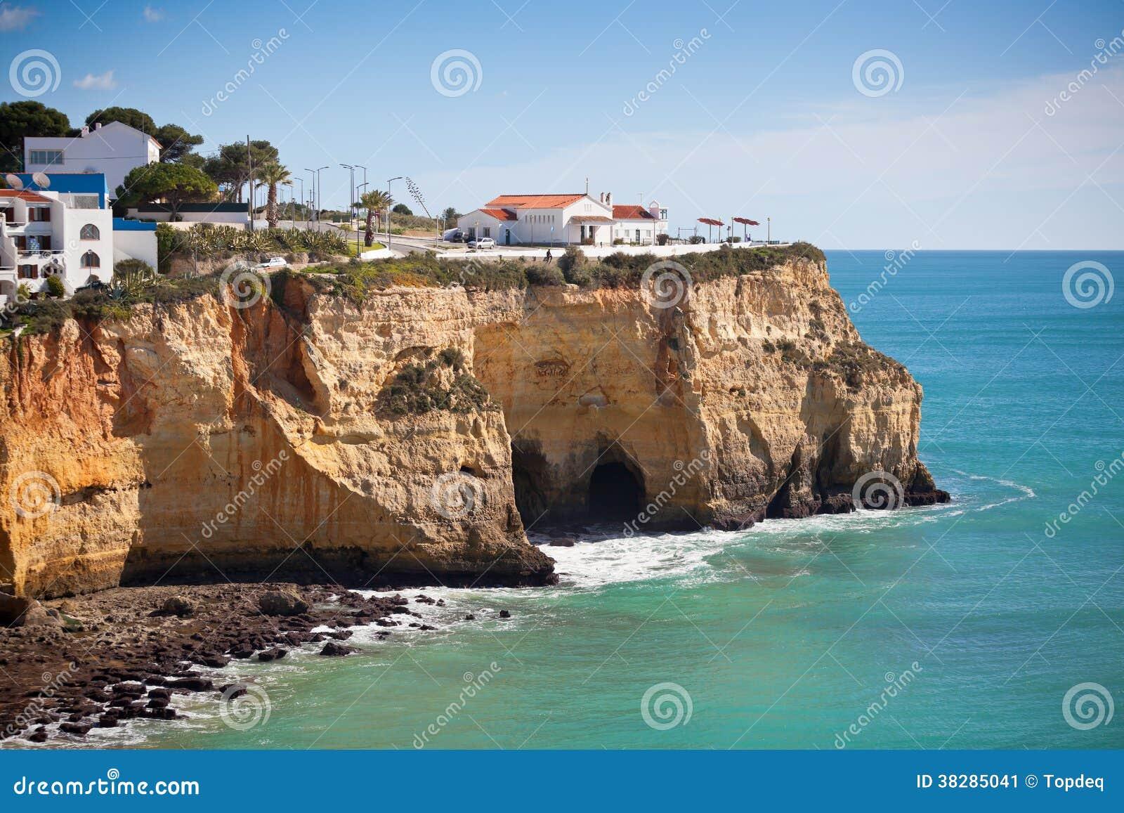 Village de bord de la mer sur une falaise donnant sur l for Achat maison au portugal bord de mer