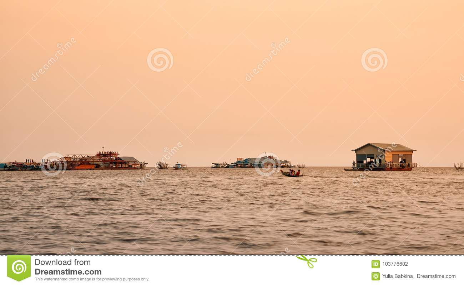 Village de flottement vietnamien sur la sève de Tonle de lac, Cambodge