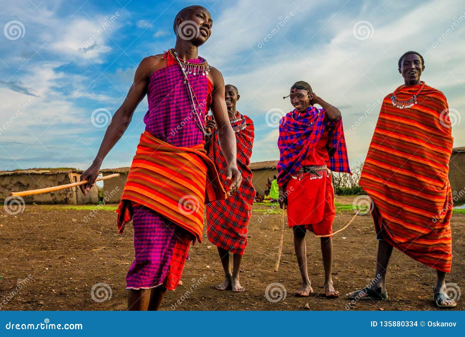 VILLAGE DE MAASAI, KENYA - 2 JANVIER 2015 : Personnes non identifiées de Maasai au Kenya