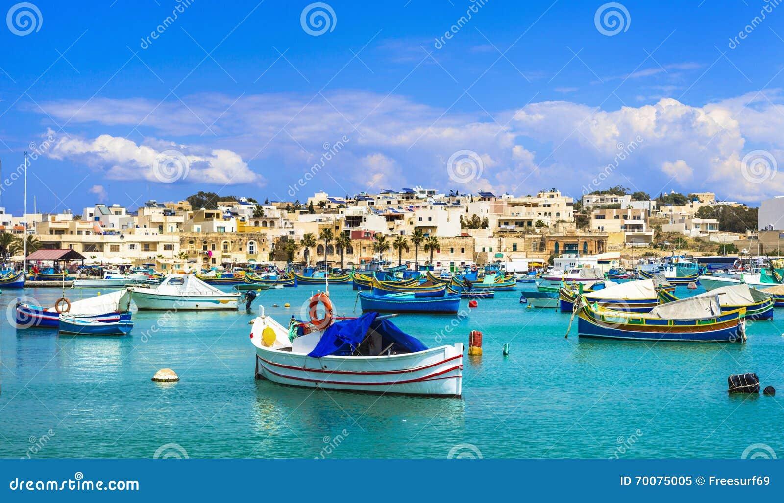 Village de Marsaxlokk avec les bateaux de pêche colorés traditionnels Luzzu