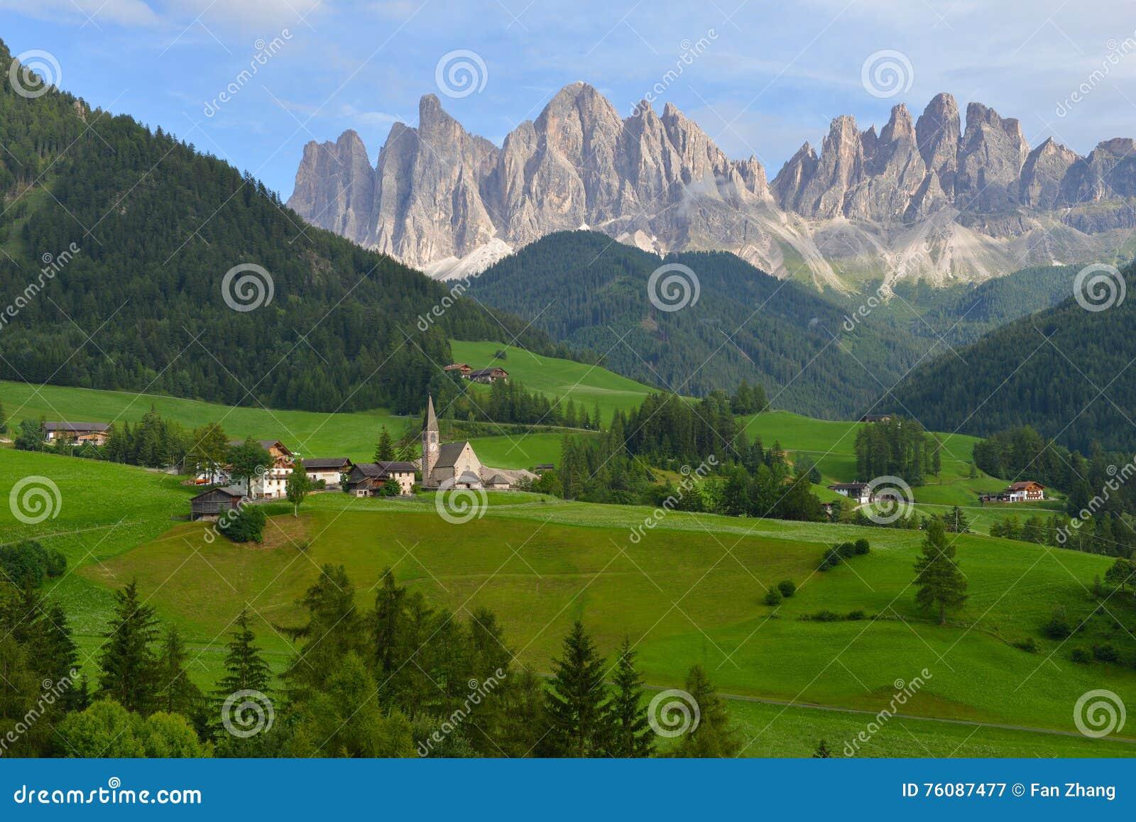 Village de Santa Maddalena en montagnes de Dolomiti