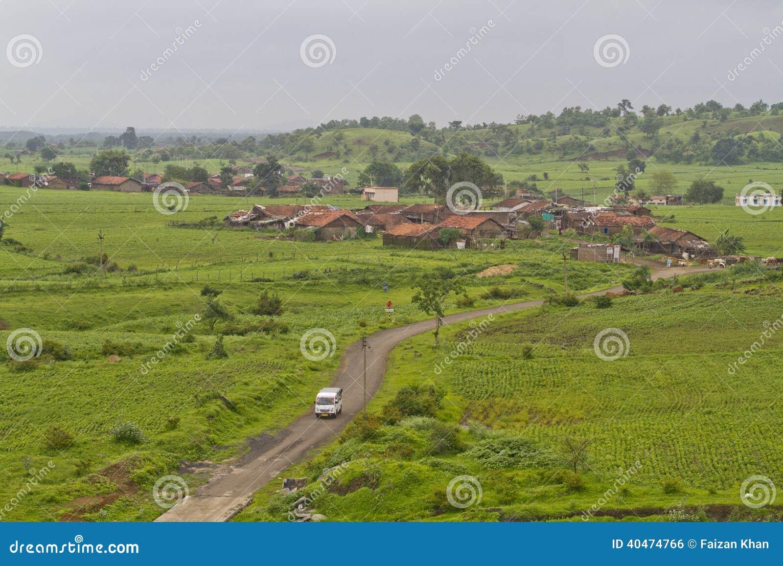 Village indien dans la mousson
