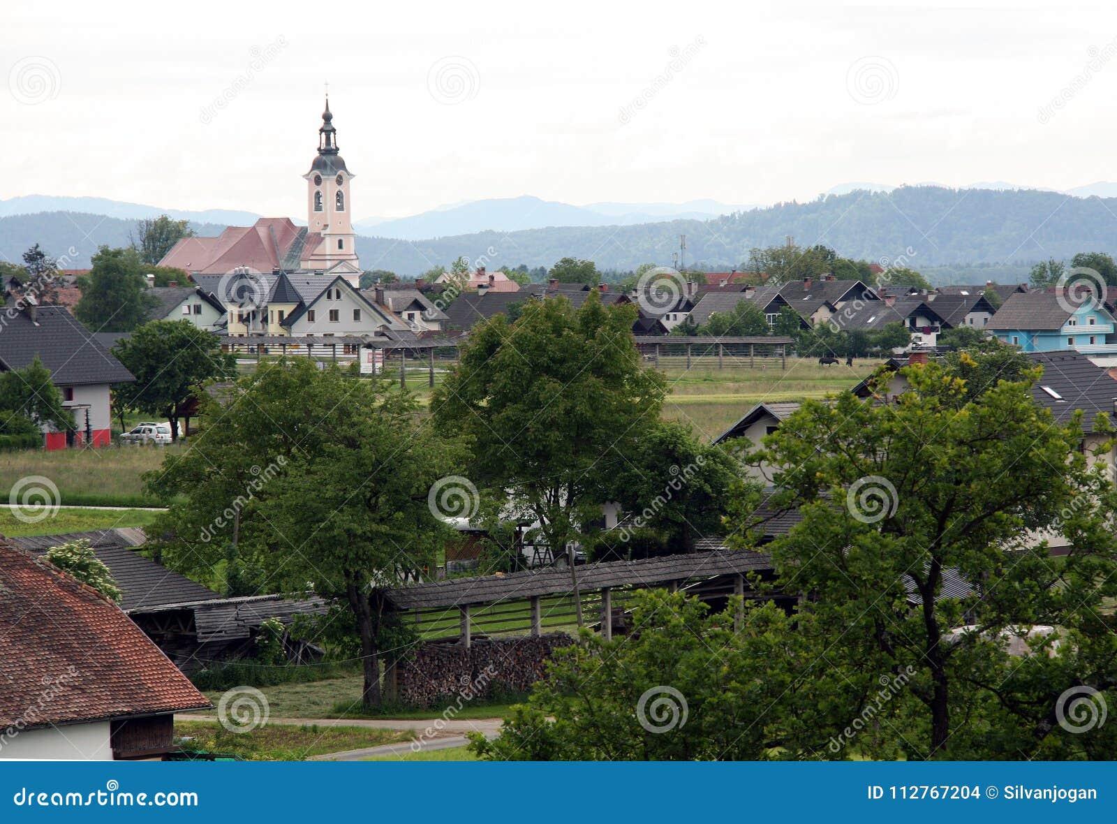 Villaggio adorabile del peacefull con una chiesa