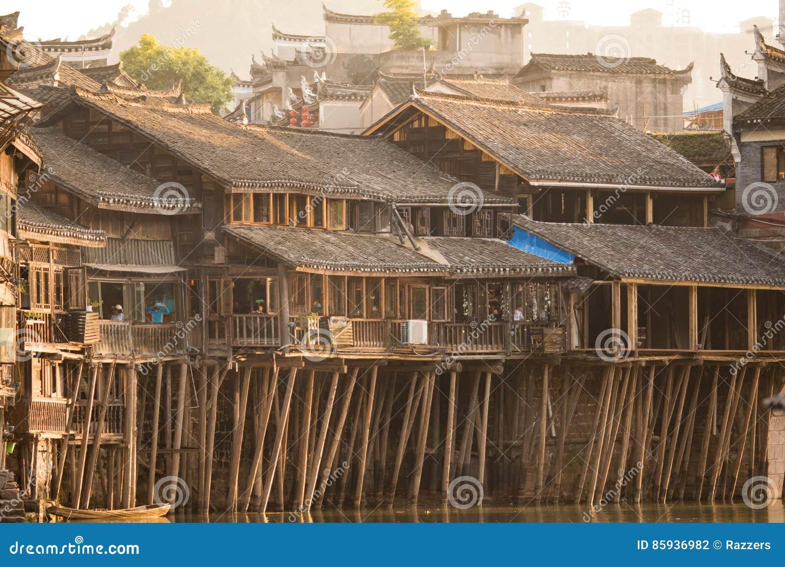Villaggio Asiatico Storico Camere Di Legno Sopra L\'acqua Costruzioni ...