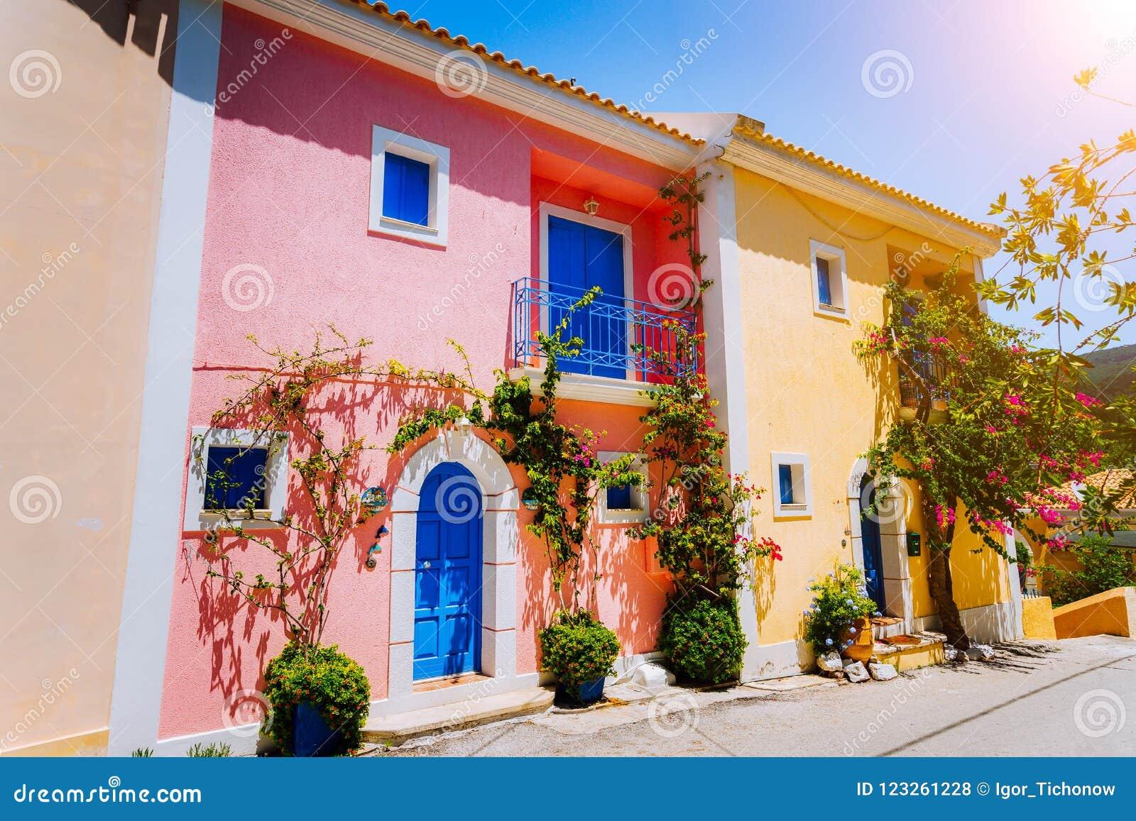 Villaggio di Asso Case greche colorate tradizionali con le porte e le finestre blu luminose Fiori di fioritura della pianta di fu