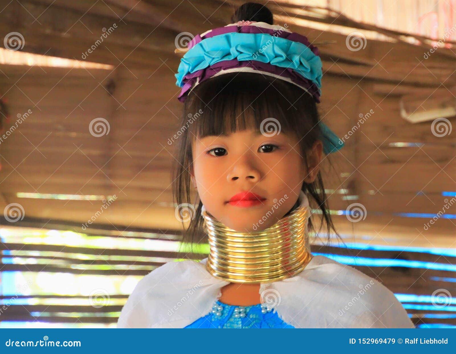 VILLAGGIO DI LONGNECK KAREN, TAILANDIA - 17 DICEMBRE 2017: Ritratto alto vicino della ragazza lunga del collo con gli anelli del
