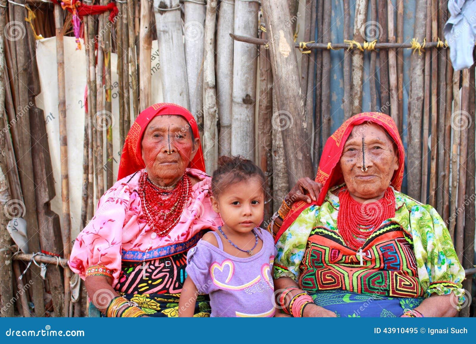 Villaggio di Playa Chico, Panama - augusto, 4, 2014: Tre generazioni di donne indiane di kuna nella vendita indigena dell abbigli