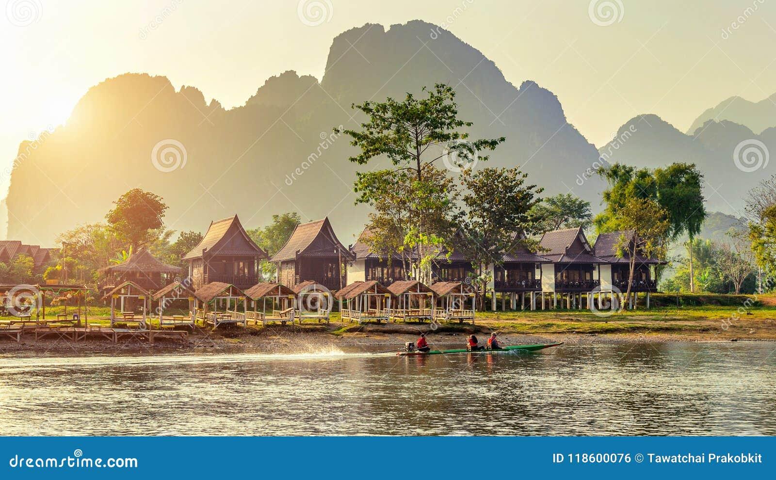 Villaggio e bungalow lungo Nam Song River in Vang Vieng, Laos