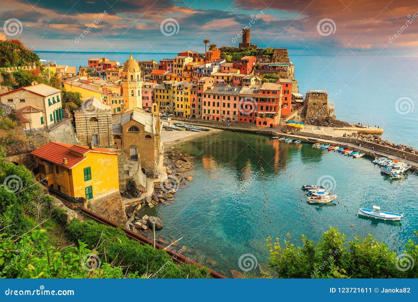 Villaggio fantastico con il tramonto variopinto, Cinque Terre, Italia, Europa di Vernazza