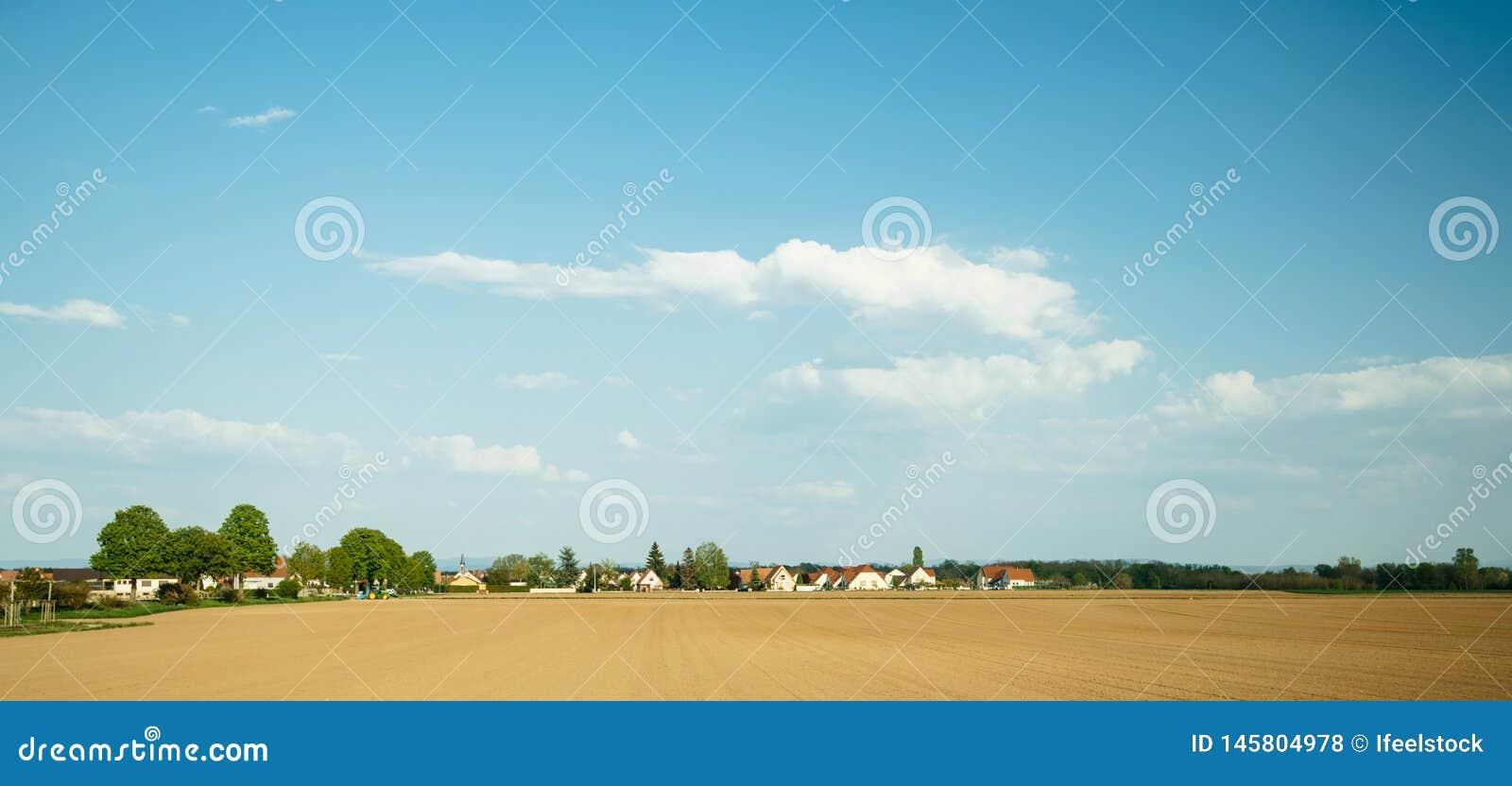 Villaggio francese tipico con le case multiple,