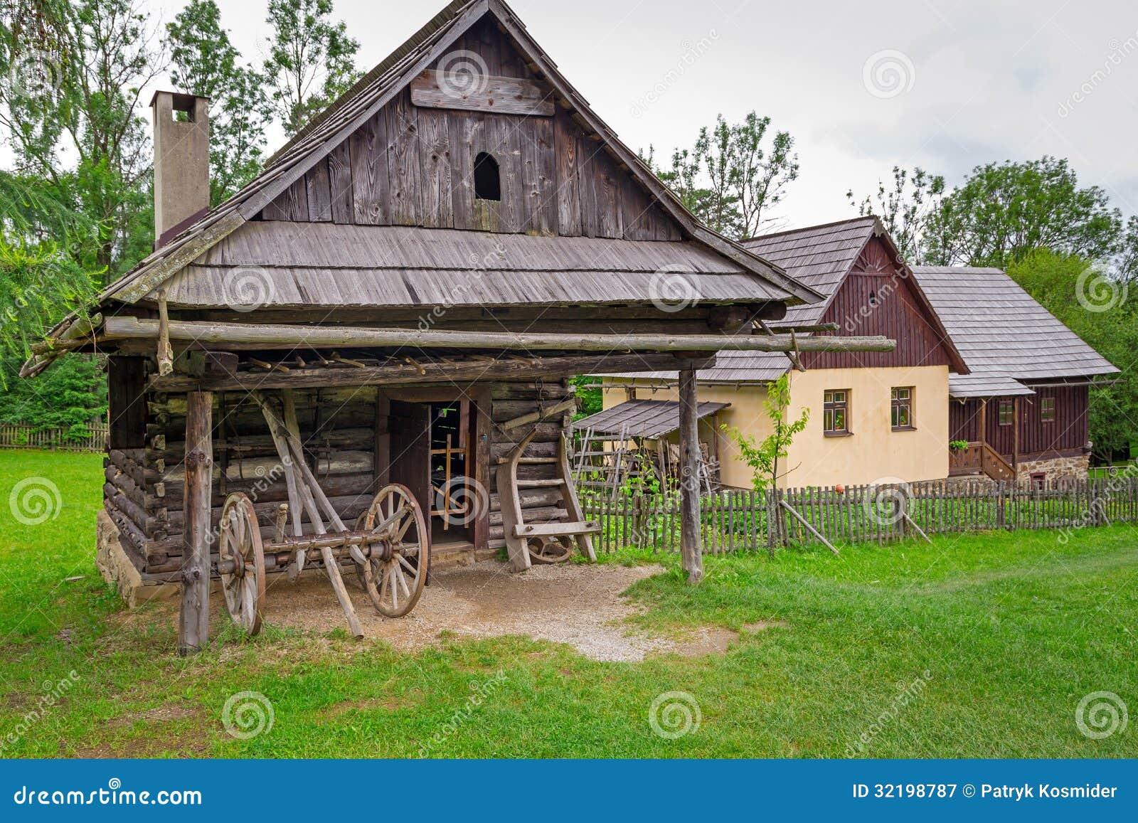Villaggio tradizionale con le case di legno in slovacchia for Casa in legno tradizionale