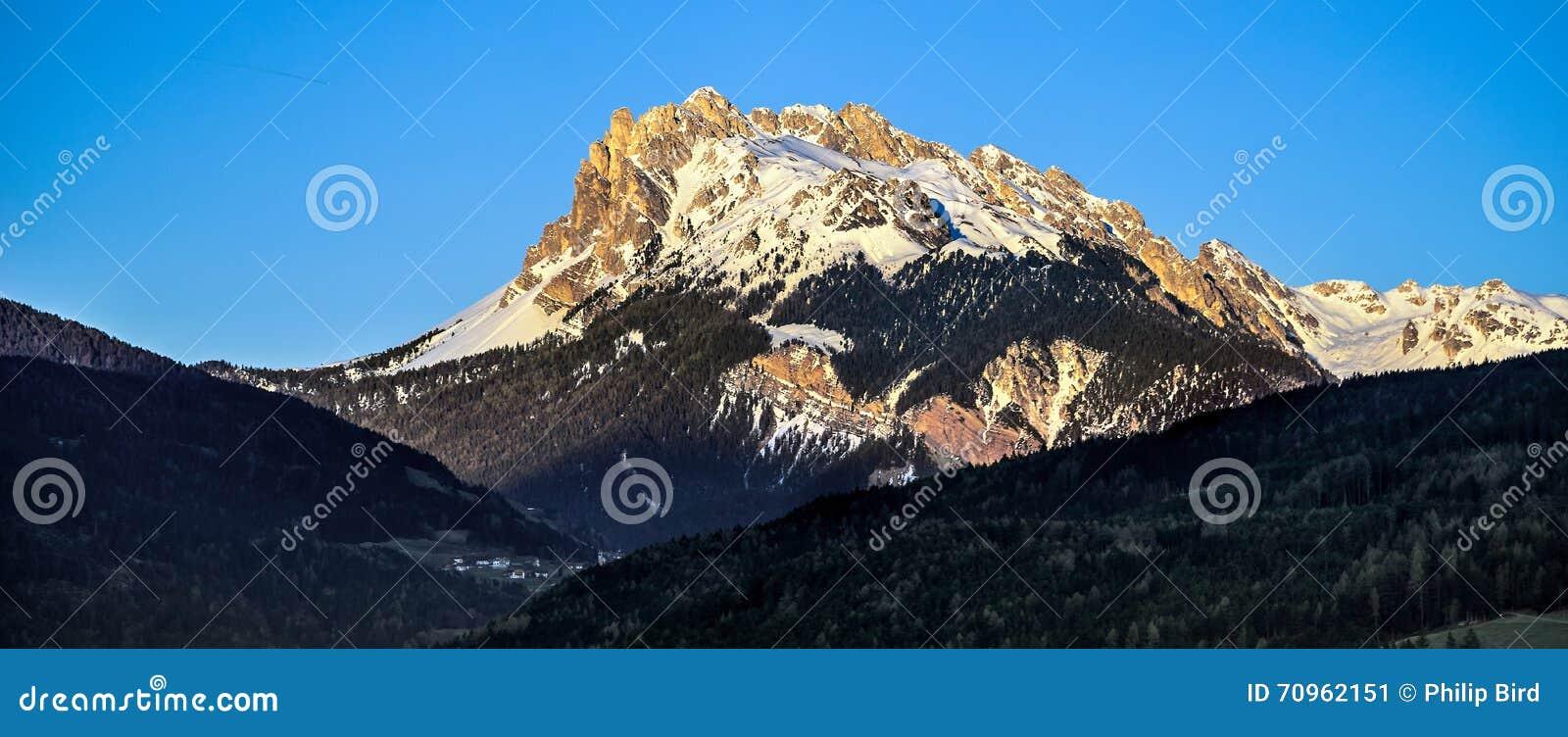 VILLANDERS, ZUIDEN TYROL/ITALY - 26 MAART: Mening van het Dolomiet