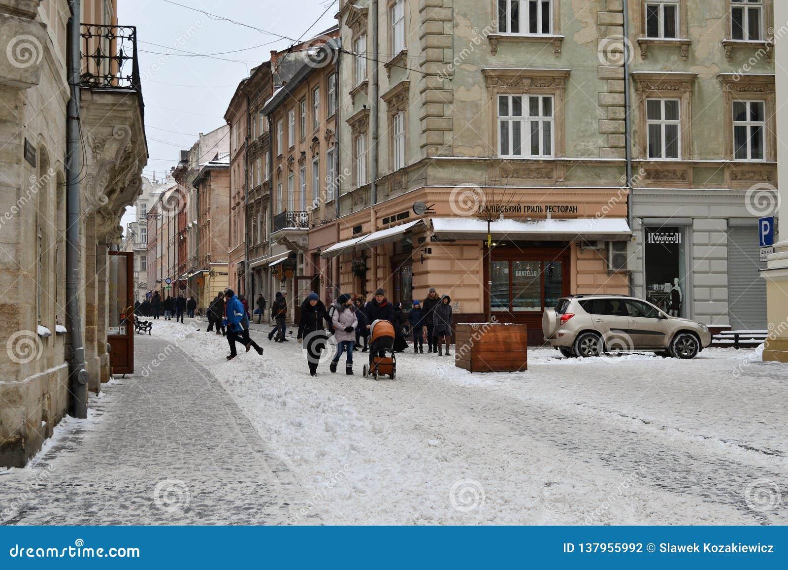 Ville blanche de Lviv Ukraine de neige vieille