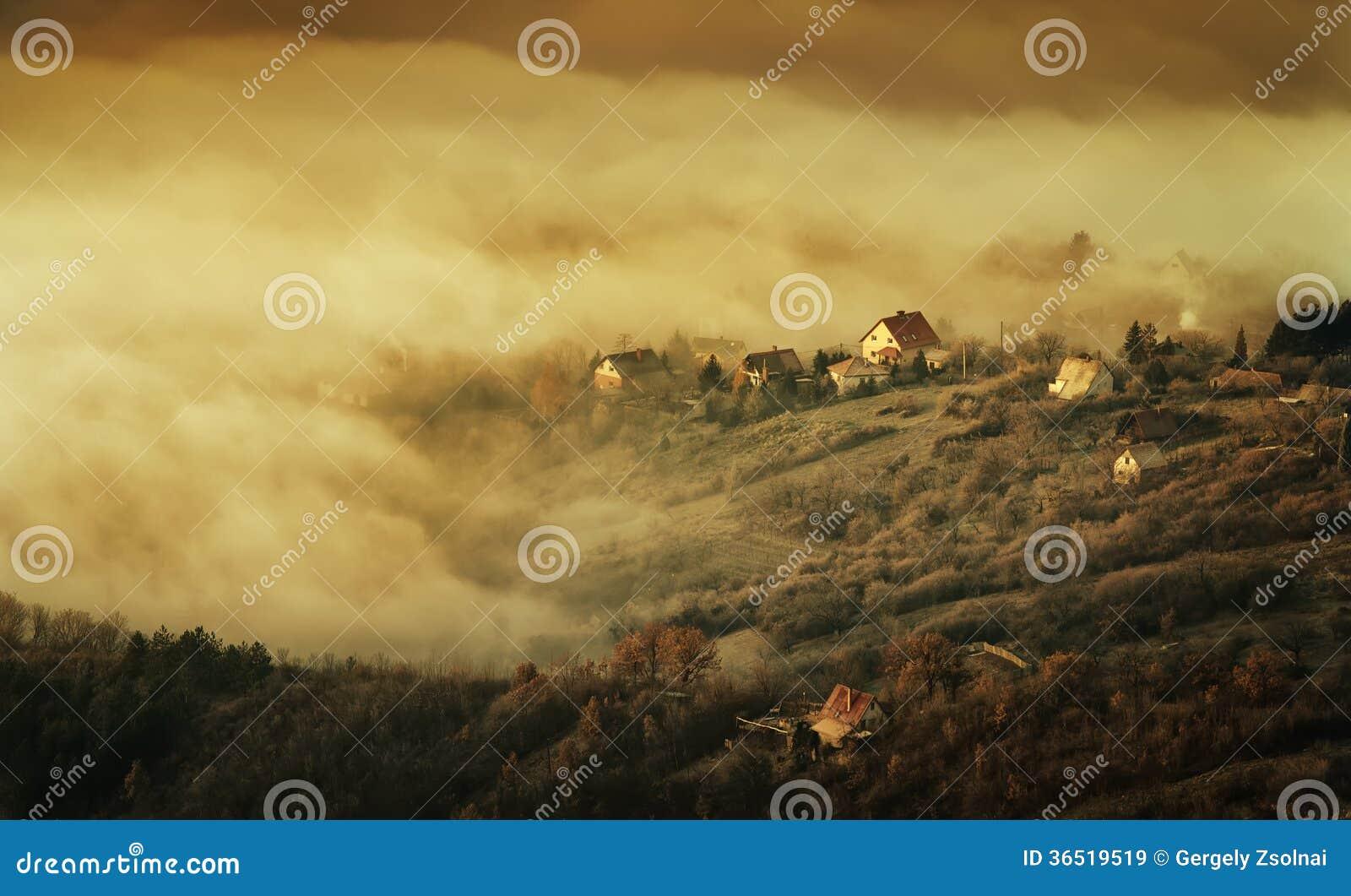 Ville dans le brouillard, mystérieux