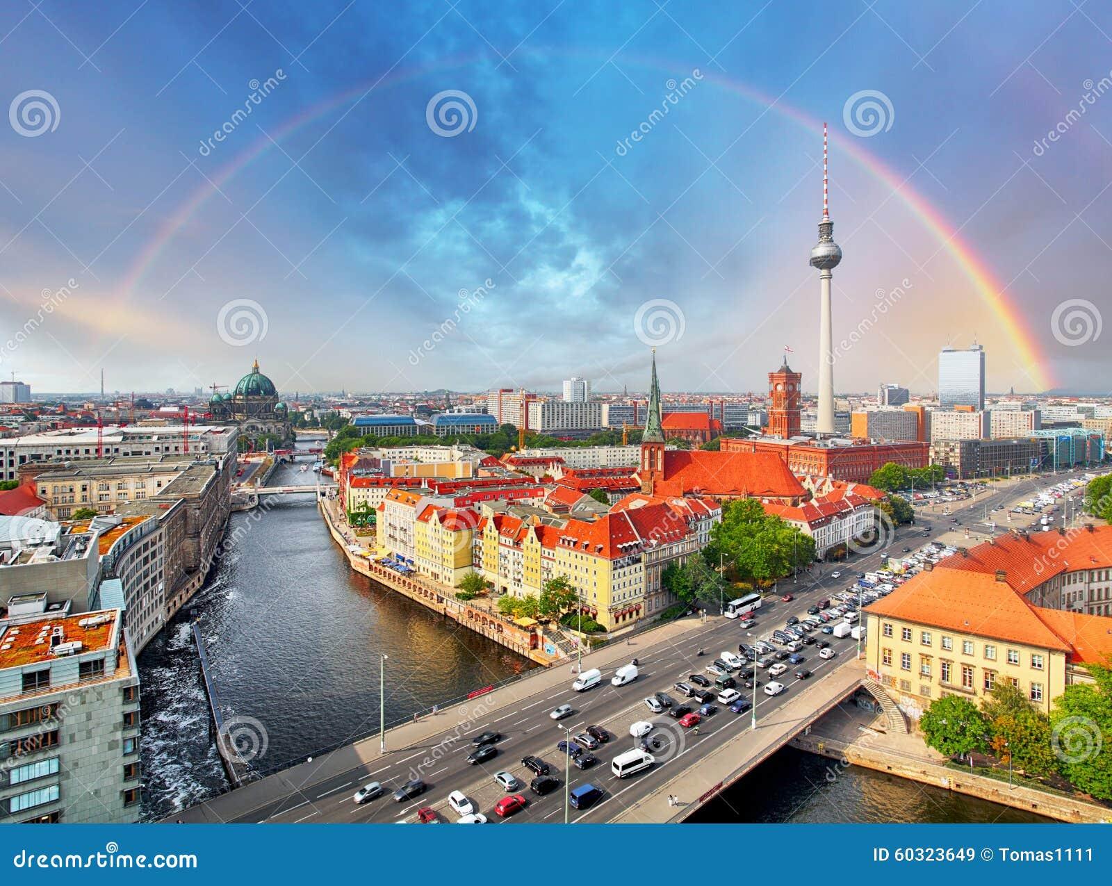 ville de berlin avec l 39 arc en ciel allemagne image stock. Black Bedroom Furniture Sets. Home Design Ideas