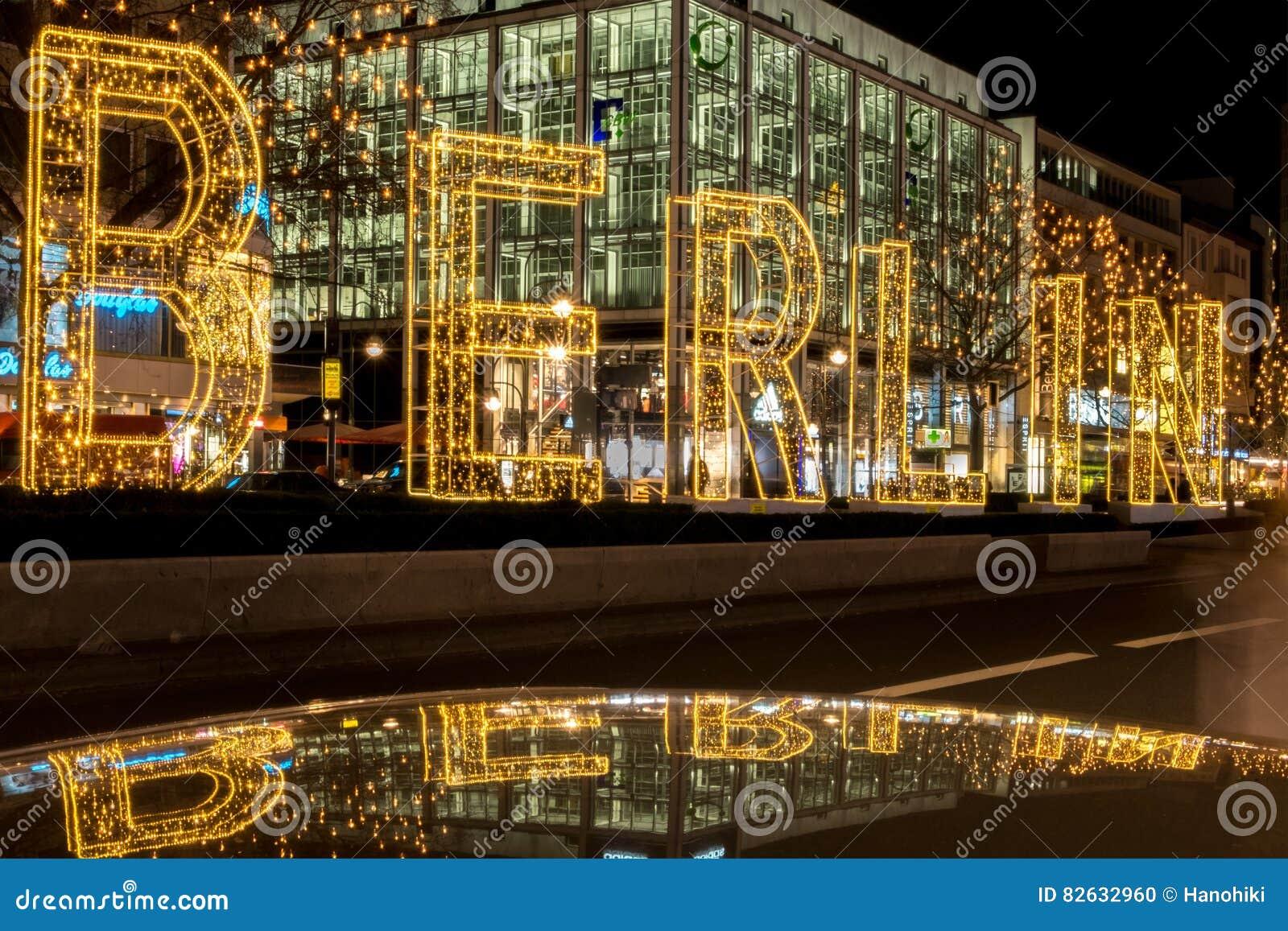 ville de berlin la nuit lettres lumineuses sur la rue. Black Bedroom Furniture Sets. Home Design Ideas