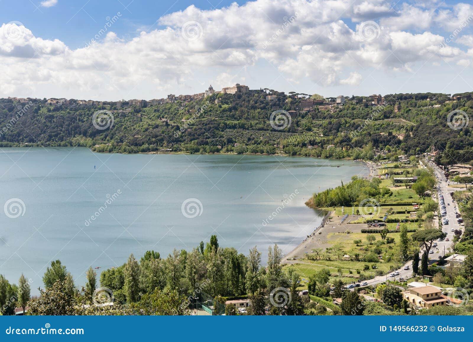 Ville de Castel Gandolfo situ?e pr?s du lac Albano, Latium, Italie