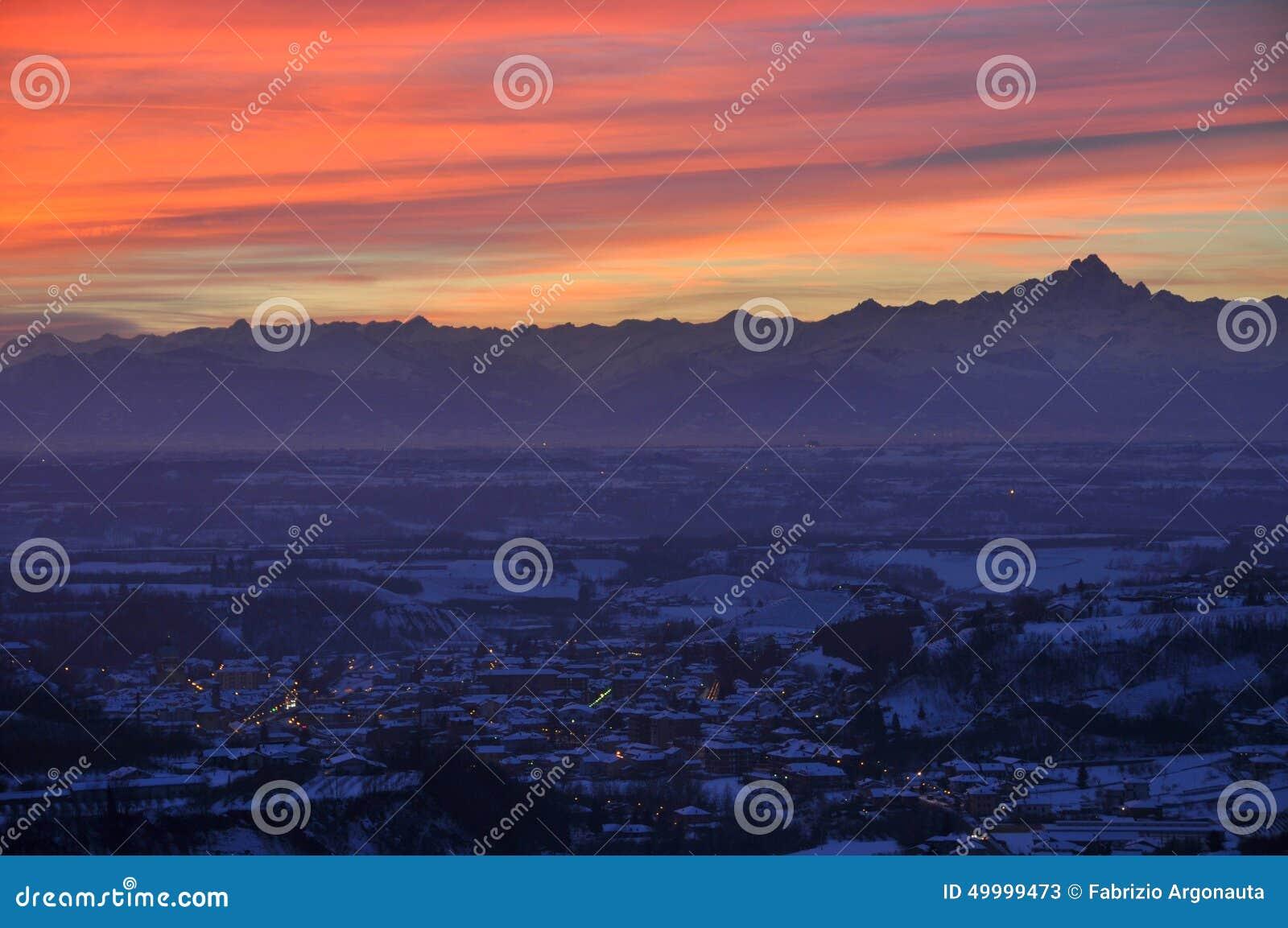 Ville de Dogliani au coucher du soleil