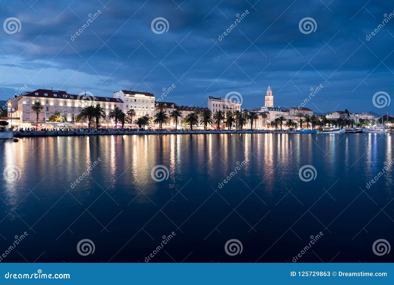 Ville de fente en Croatie la nuit, Mer Adriatique