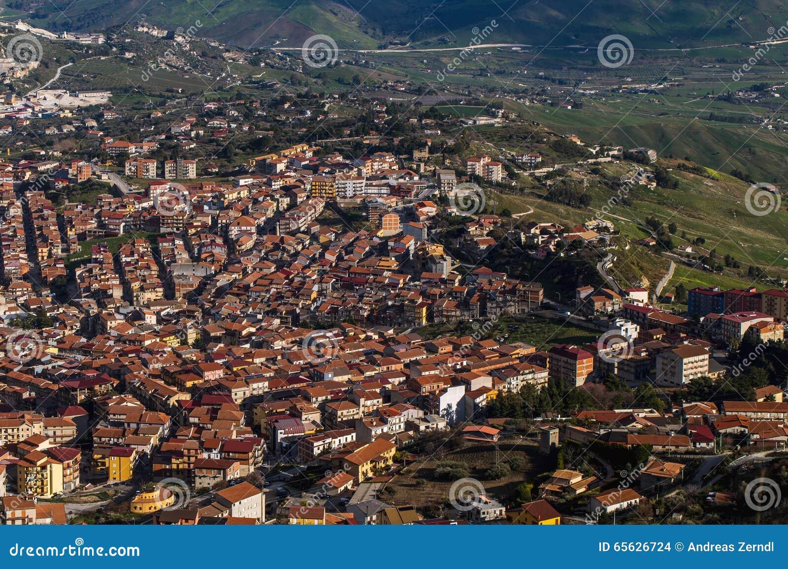 Ville de flanc de montagne de Cammarata, Sicile, Italie
