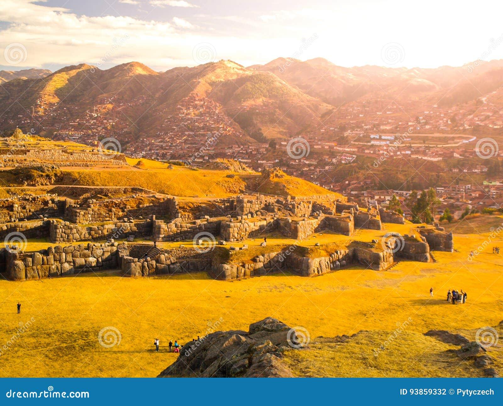 Ville de fort Sacsayhuaman et de Cuzco sur le backgroudn le jour ensoleillé, Pérou