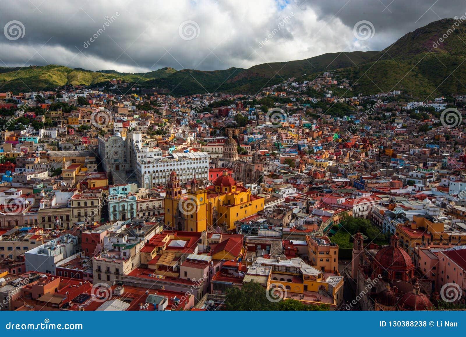 Ville de foule et maisons colorées coloniales de l histoire de extraction argentée, Mexique, Américain