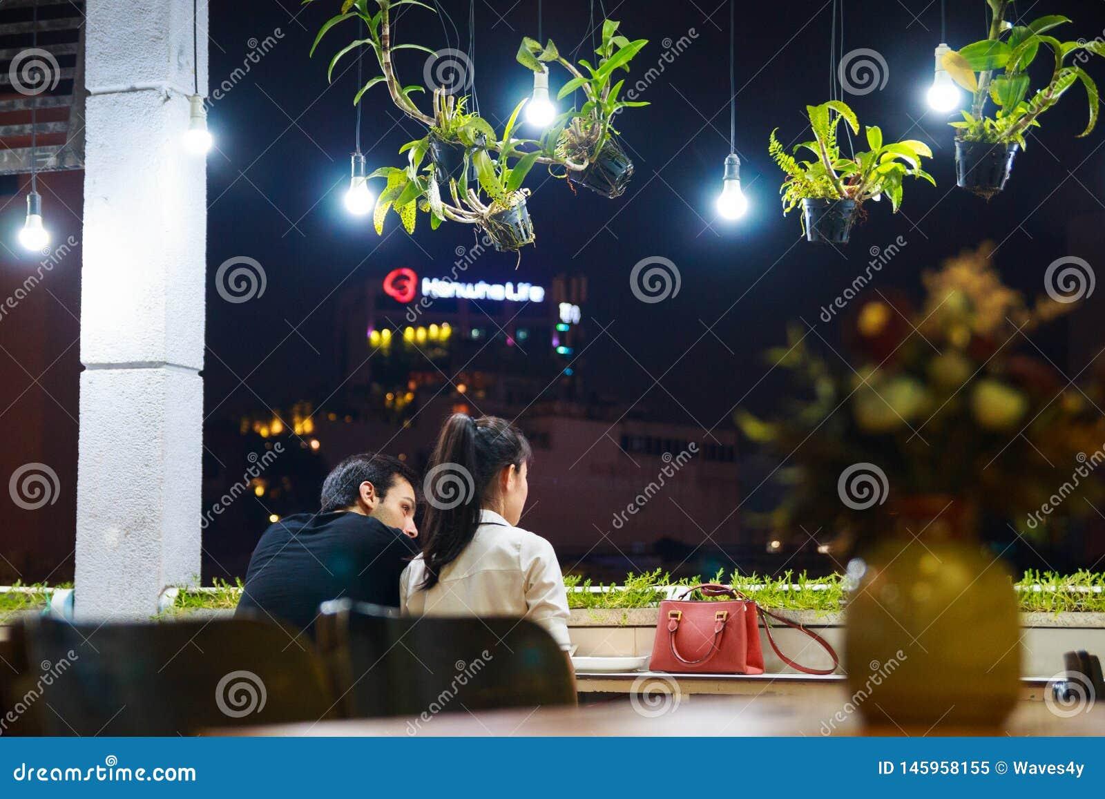 Ville de Ho Chi Minh, Vietnam - décembre 2018 : sièges de couples sur le balcon du café confortable avec des lanternes et des pla