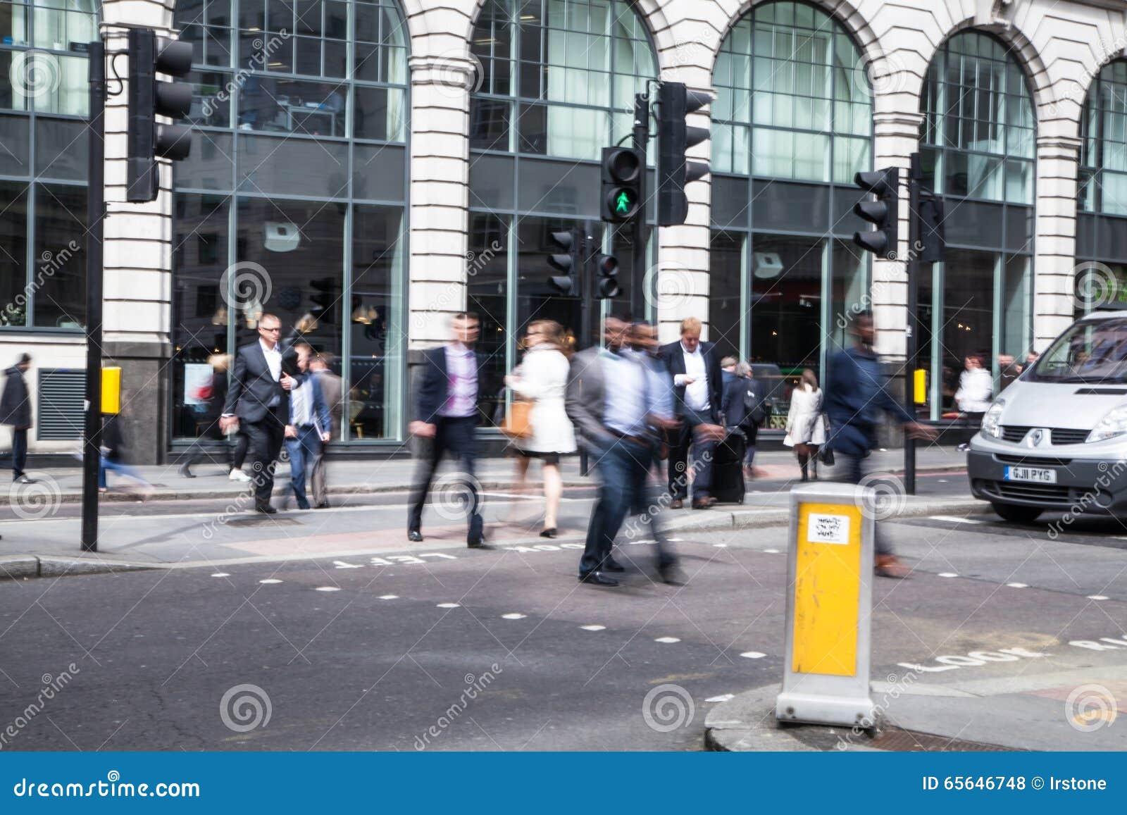 Ville de la vie d entreprise de Londres Groupe de gens d affaires allant travailler