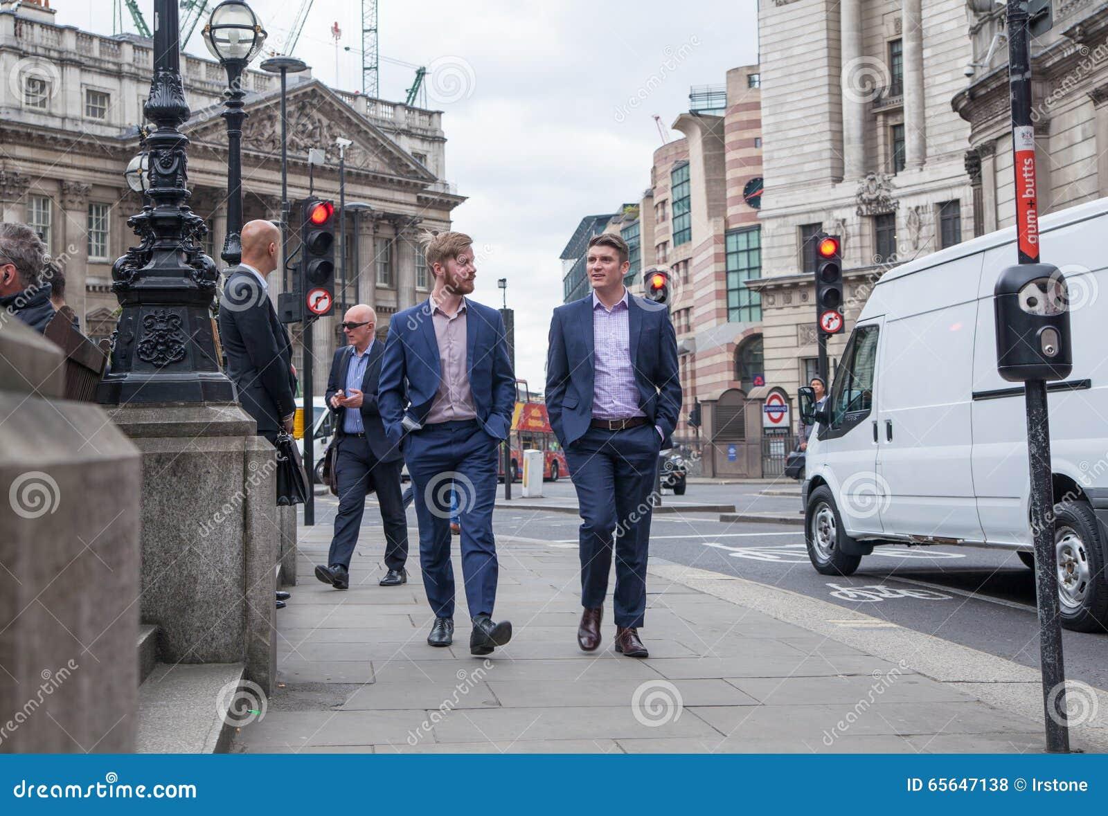 Ville de la vie d entreprise de Londres Groupe de gens d affaires marchant par la Banque d Angleterre