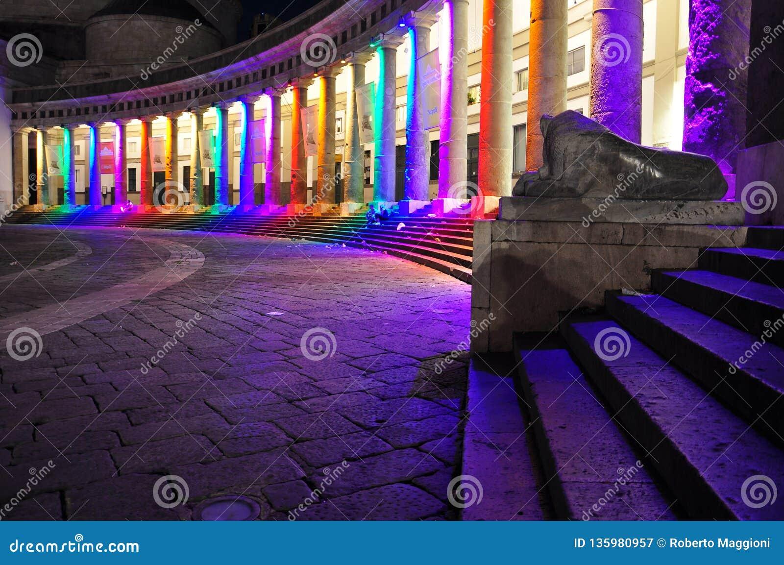 Ville de Naples, Piazza Plebiscito la nuit, fierté gaie