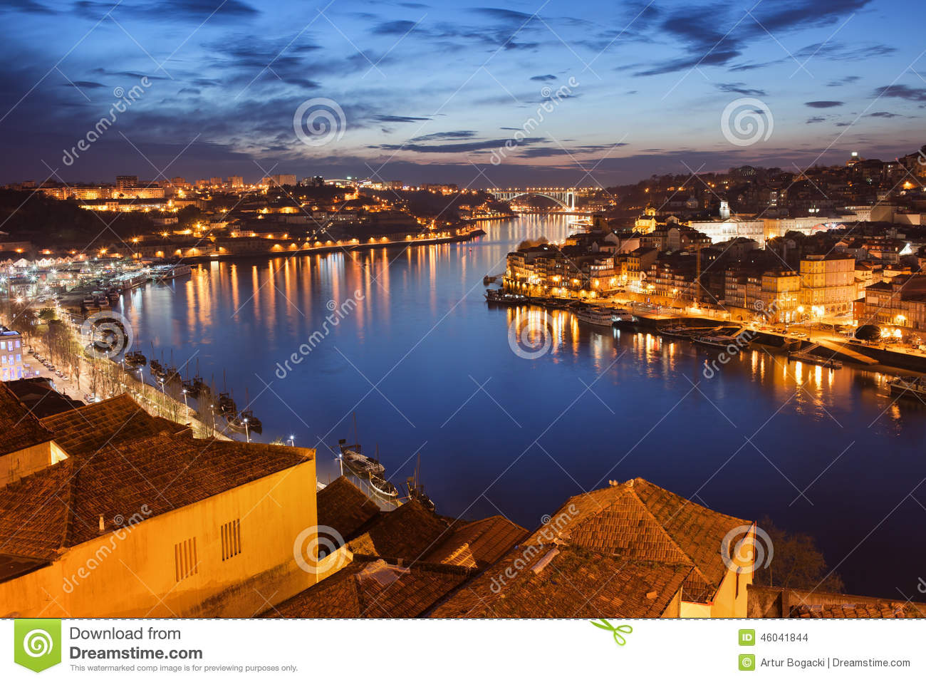 Ville de porto la nuit au portugal photo stock image for Piscine portugal