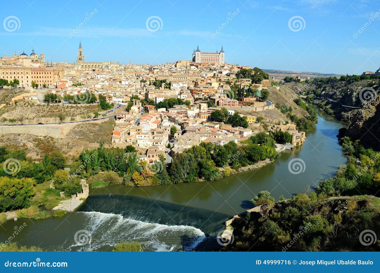 Ville de Toledo entourée par la rivière de Tajo