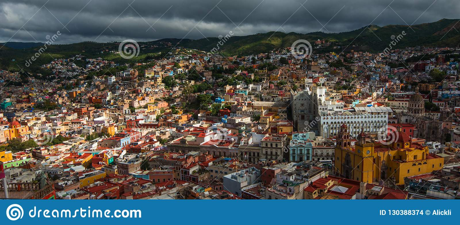 Ville et bâtiments traditionnels colorés coloniaux de l âge de extraction argenté en colline, Guanajuato, Mexique, Américain