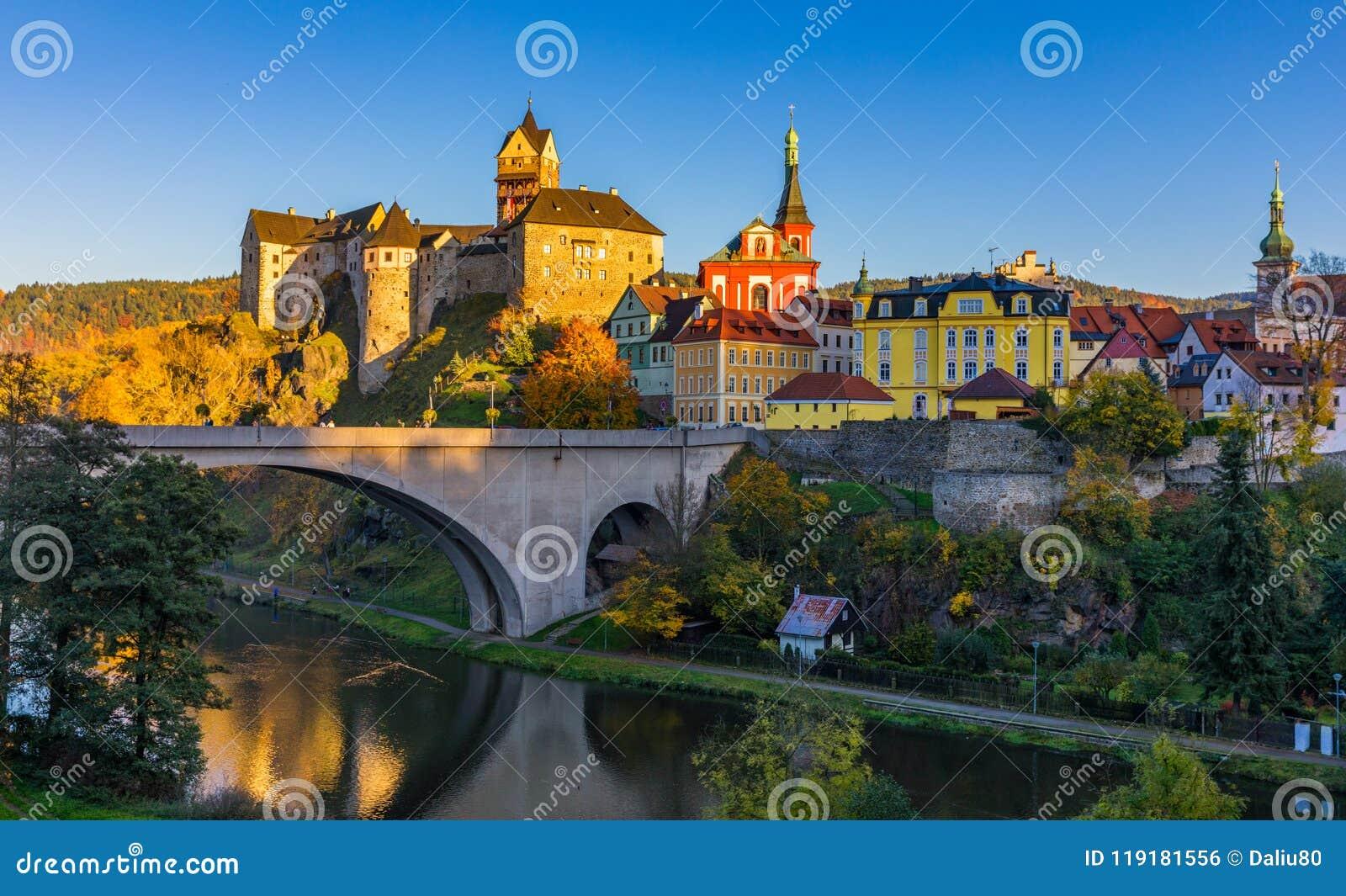 Ville et château colorés Loket au-dessus de rivière d Eger dans le proche de ka