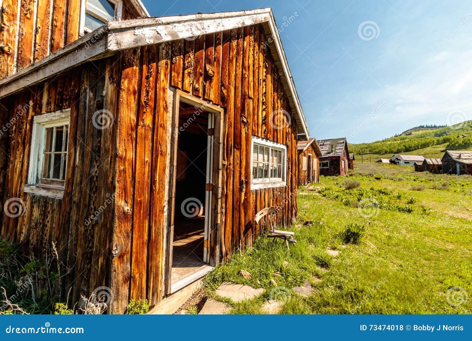 Ville fantôme de vieilles maisons de rondin
