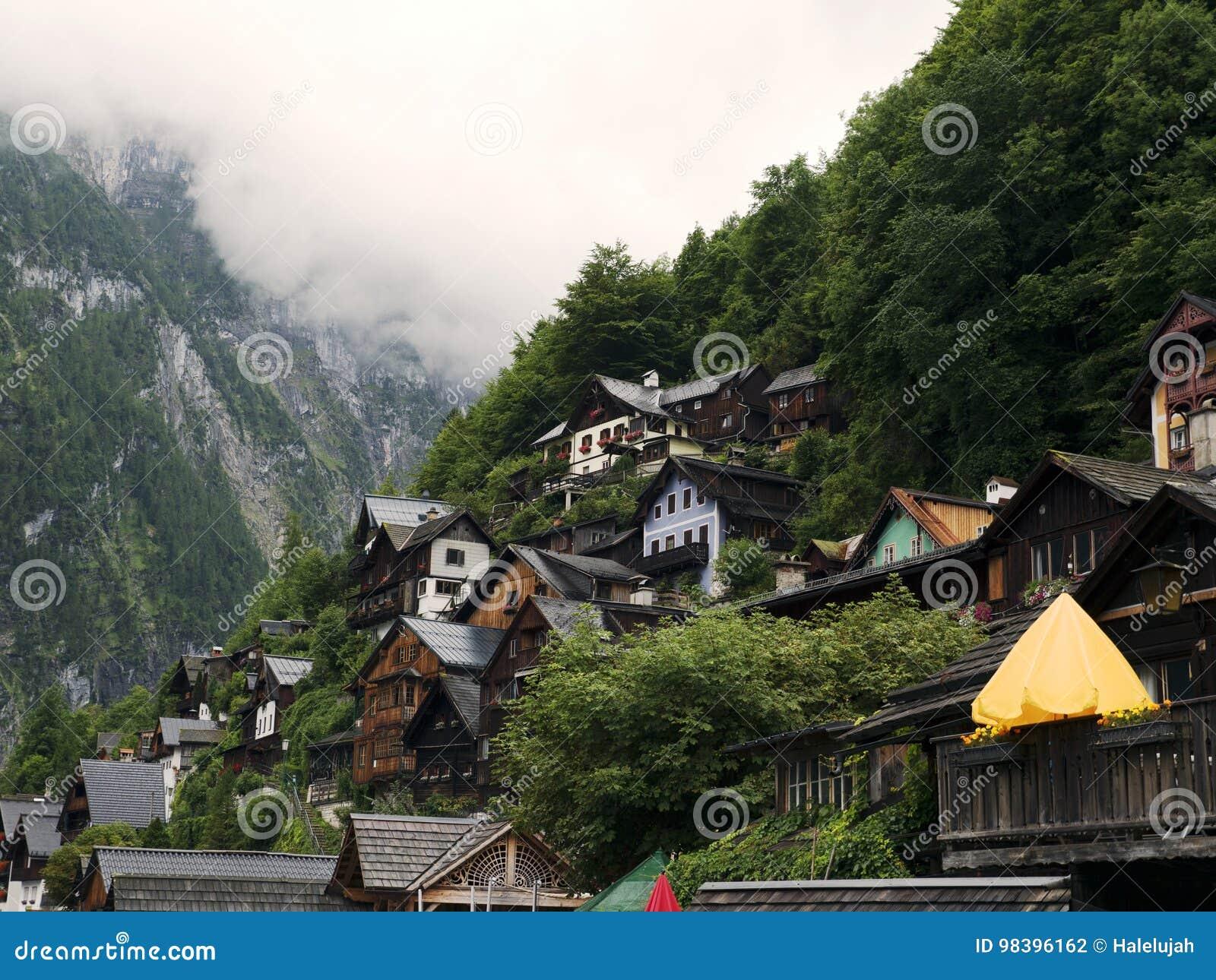 Ville Hallstatt avec le lac de montagne et les mines de sel Massif alpin, beau canyon en Autriche