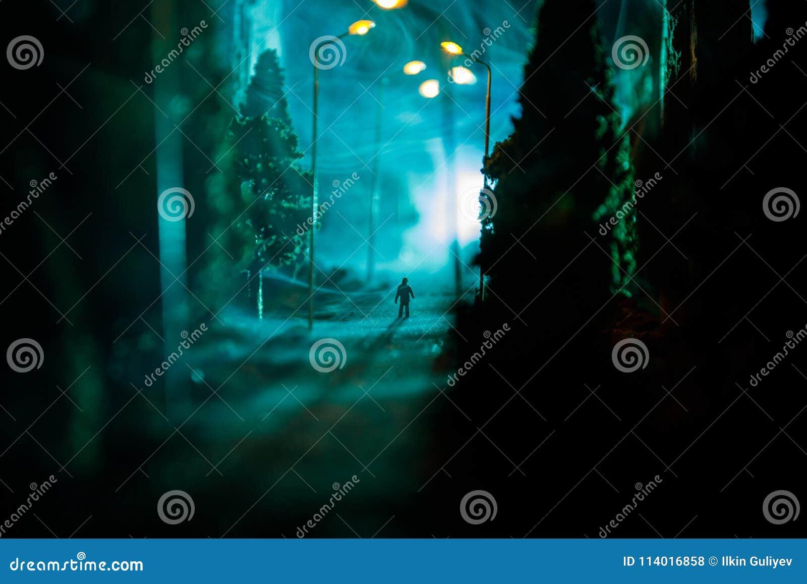Ville la nuit en brouillard dense Brouillard enfumé épais sur une rue sombre Silhouettes de l homme sur la route Décoration de Ta