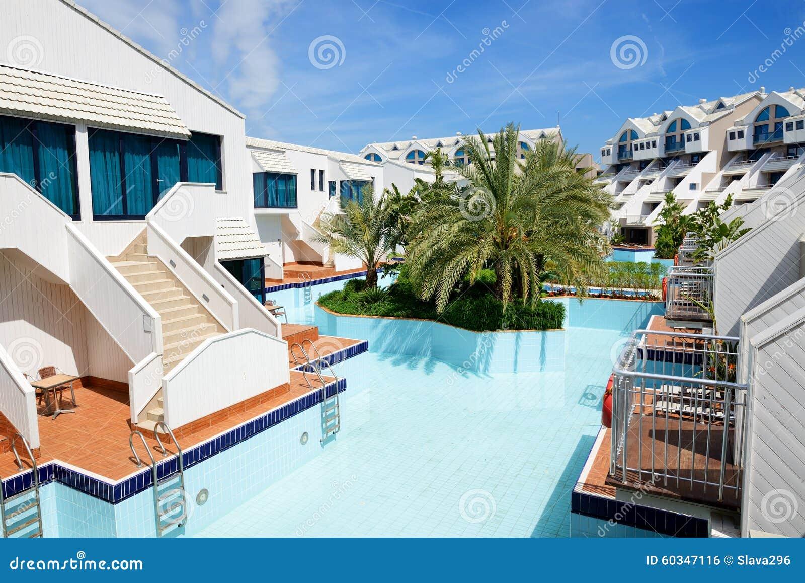 Ville moderne con la piscina all 39 albergo di lusso for Ville moderne di lusso
