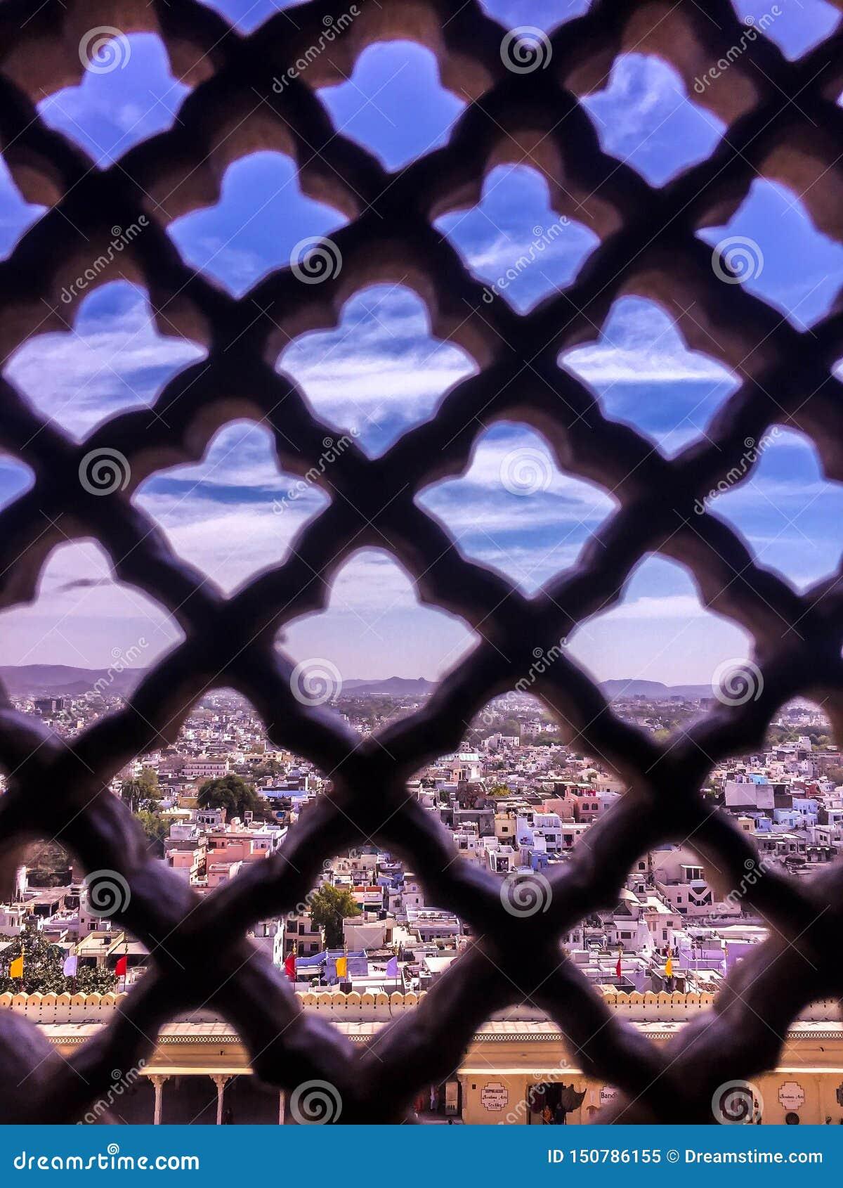 Ville par une fenêtre