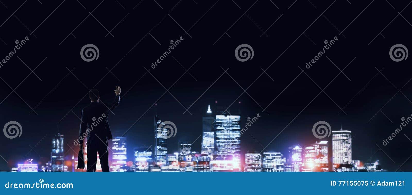 Ville rougeoyante de nuit de visionnement d homme d affaires