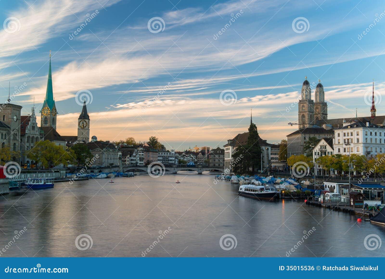 Ville suisse aube de zurich peu avant photo stock image for Piscine zurich